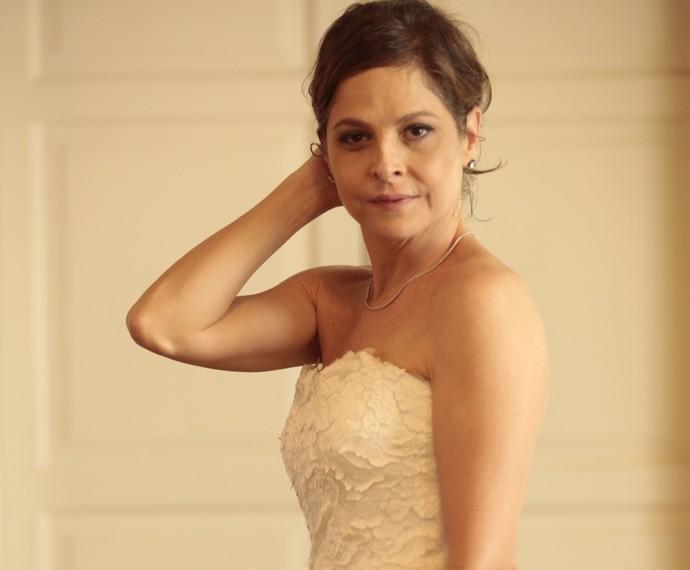 Drica Moraes posa com vestido de noiva de Carolina (Foto: Felipe Monteiro/ Gshow)