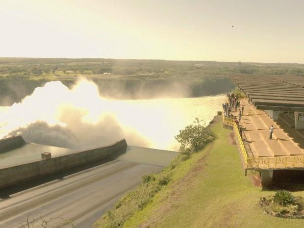 Uma das três calhas do vertedouro da Usina de Itaipu foi aberta na manhã deste domingo para escoar o excedente de água não usado na geração de energia elétrica (Foto: Itaipu Binacional / Divulgação)