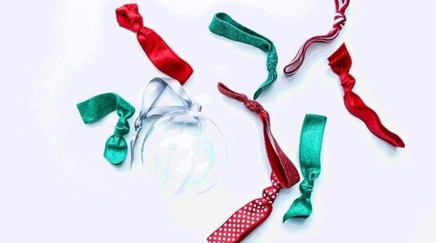Alguns dos acessórios vendidos pela Emi-Jay, que também são usados como pulseiras (Foto: Divulgação)