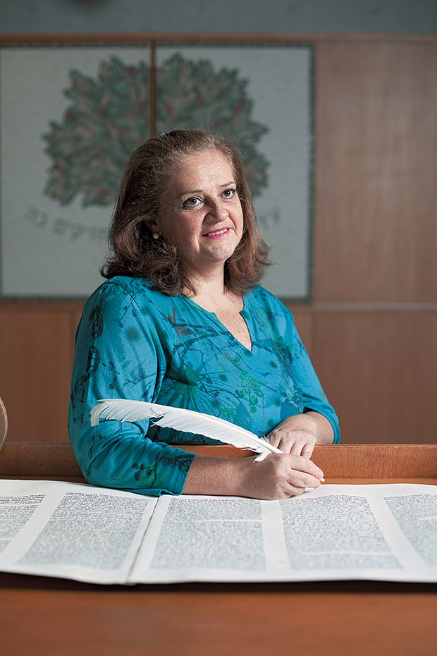 PIONEIRA A escriba Rachel Reichhardt na Comunidade Shalom, em São Paulo. Ela participou da primeira Torá escrita por mulheres (Foto: Camila Fontana/ÉPOCA)