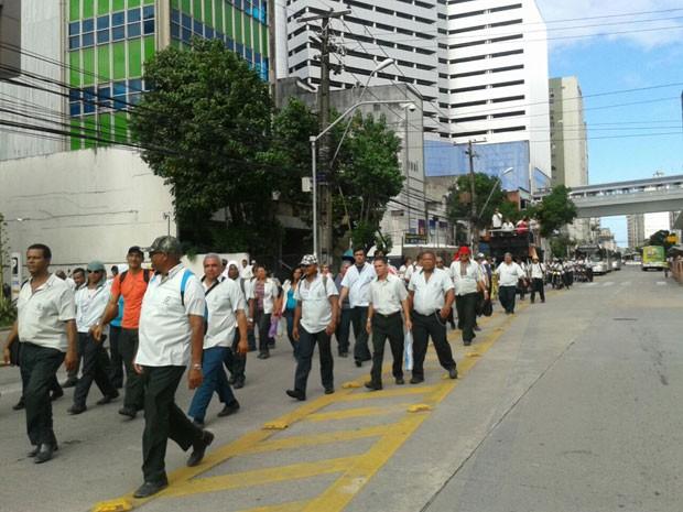 Passeata dos rodoviários deixou o trânsito lento no centro do Recife. (Foto: Luna Markman / G1)