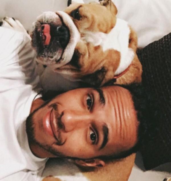 Lewis Hamilton e seu cachorro (Foto: Reprodução)