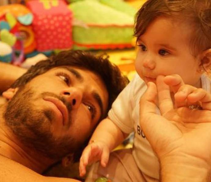 Atriz conta que Hugo troca a fralda, dá banho, conta história e coloca Maria Flor apra dormir (Foto: Arquivo Pessoal)