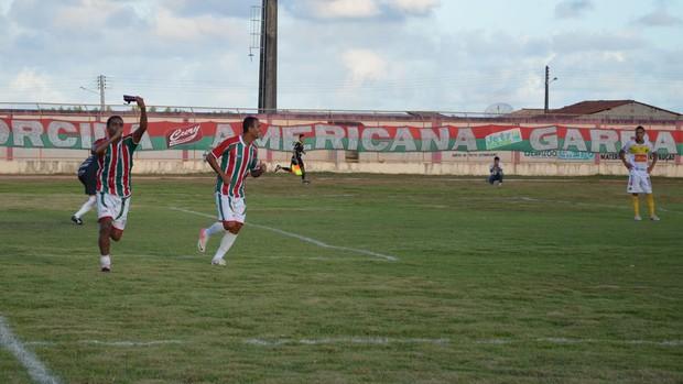 Alan Dinamite comemora o primeiro gol da partida (Foto: João Áquila, GLOBOESPORTE.COM)