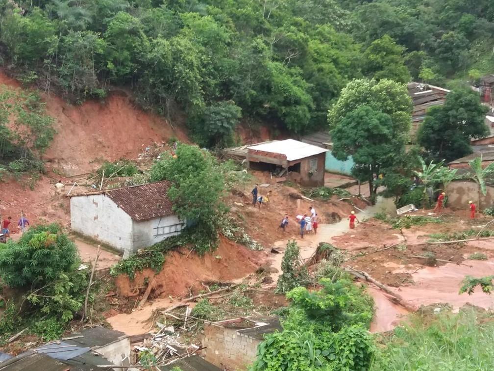 Deslizamento de barreira atinge casas em Maceió (Foto: Heliana Gonçalves/TV Gazeta)