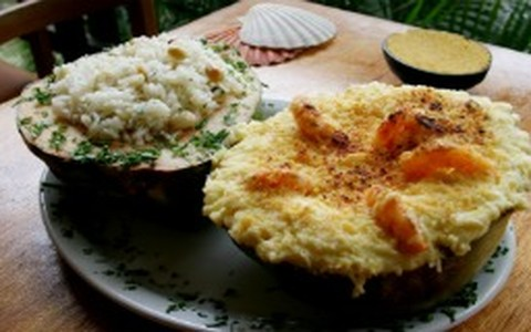 Camarão no coco com arroz de amêndoa e farofa de dendê