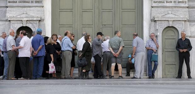 Aposentados aguardam abertura de banco em Atenas para sacar benefícios (Foto: Christian Hartmann/Reuters)