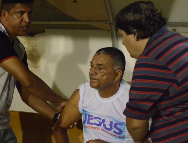 Edmilson foi atendido pelo médico do Sergipe (Foto: Felipe Martins/GLOBOESPORTE.COM)