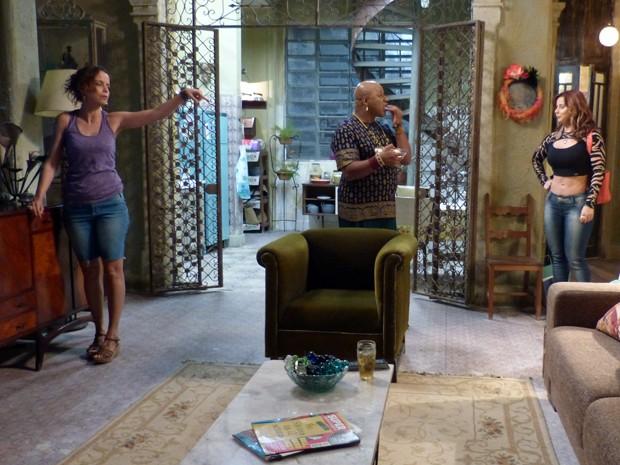 Bem que Naná tenta sugerir que Lorraine durma com Xana, mas não dá certo (Foto: Império/TV Globo)