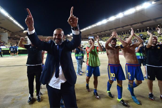 Nuno Espirito Santo comemora classificação para Champions com os jogadores do Valencia (Foto: Getty Images)