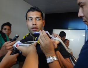 André Santos no desembarque do Grêmio em Porto Alegre (Foto: Jessica Mello/GLOBOESPORTE.COM)