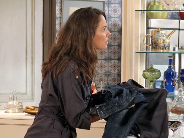 A mãe da Gaby não entende porque recebeu as roupas do falecido marido (Foto: Rodrigo Brisolla / Gshow)