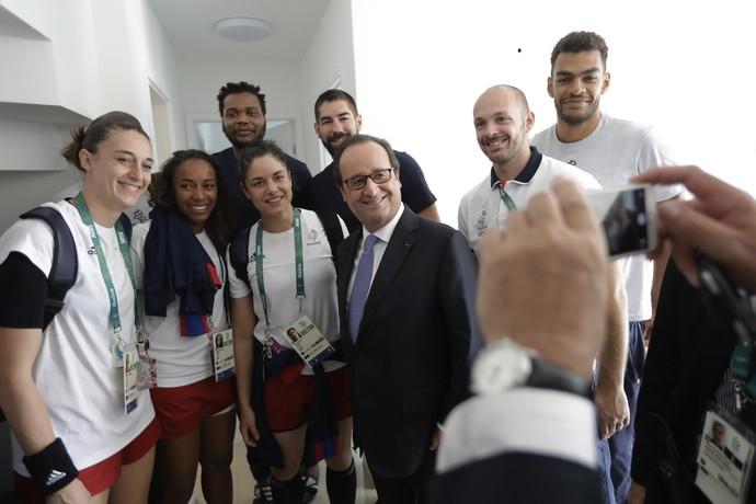 François Hollande, presidente da França, faz selfie com atletas do seu país na Vila Olímpica (Foto: AP Photo/Jae C. Hong, Poo)