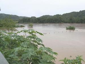 Cheia do rio Ribeira preocupa moradores de Eldorado (Foto: Reprodução/TV Tribuna)