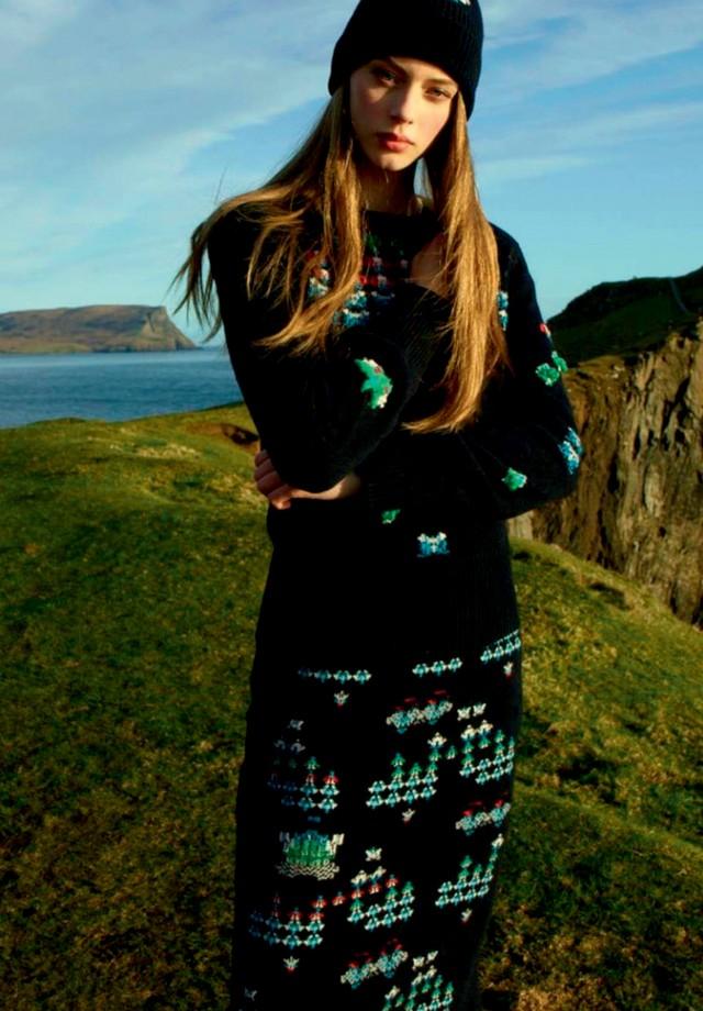 Centenária fábrica escocesa de cashmere, a Barrie produz elaborados conjuntos de tricô (Foto: Reprodução Vogue Russia Novembro de 2016 Página 202 e Divulgação)