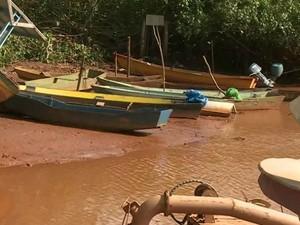 Barcos de pescadores estão parados em Regência (Foto: Reprodução/ TV Gazeta)