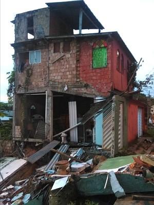 Residência que sobrou corre risco de desabar (Foto: Romulo de Sousa/G1 AM)