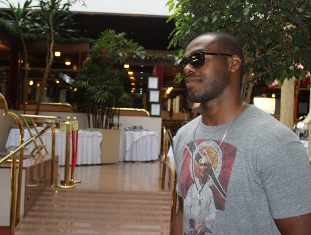 Jon Jones no saguão do hotel, em Goiânia (Foto: Daniel Mundim/GLOBOESPORTE.COM)