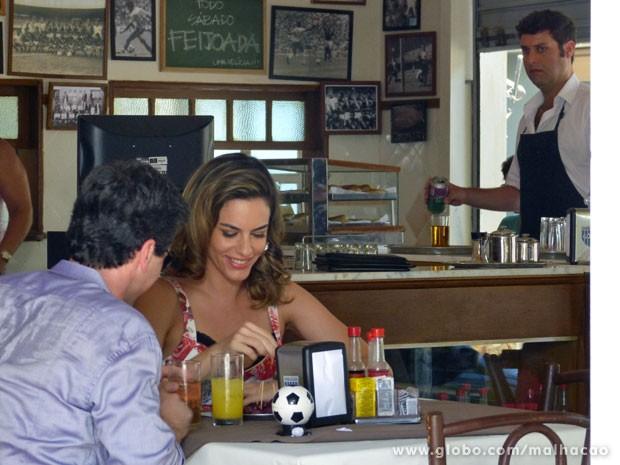 Omar, que vê os dois de longe, não gosta nadinha do climinha (Foto: Malhação / TV Globo)