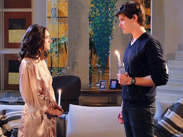 Conrado encontra Cida à luz de velas... Será que rola um clima? (Foto: Cheias de Charme / TV Globo)