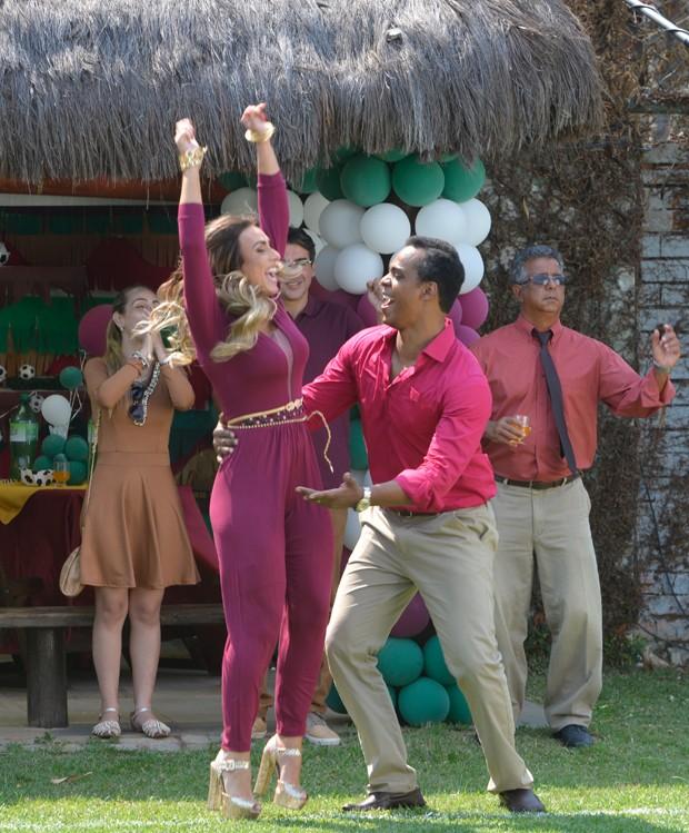 Nicole Bahls com o ator Rocco Pitanga (Foto: Fabio Cordeiro/ Ed. Globo)
