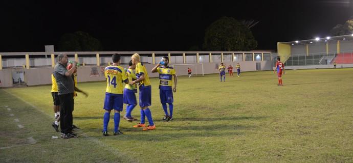 Jogadores de Femar e Lucena esperam bola para recomeçarem a partida (Foto: Hévilla Wanderley / GloboEsporte.com/pb)