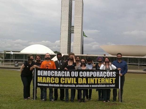 Grupo protesta em frente ao Congresso pela aprovação do marco civil da internet (Foto: Isabella Calzolari)