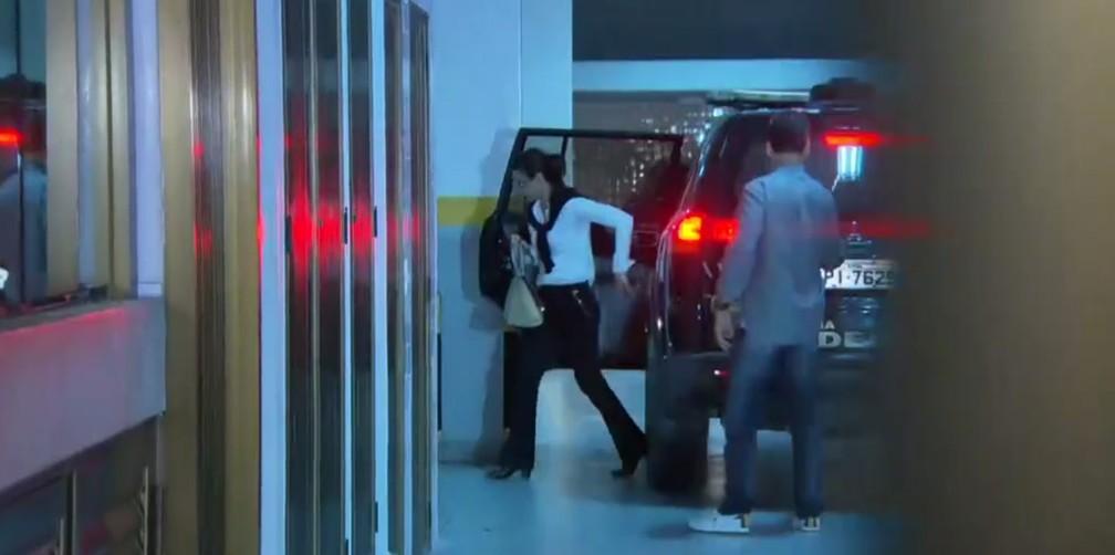 Adriana Ancelmo chega a apartamento no Leblon (Foto: Reprodução/TV Globo)
