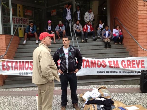 Bancários de Florianópolis aderiram à greve (Foto: EdSoul/RBS TV)