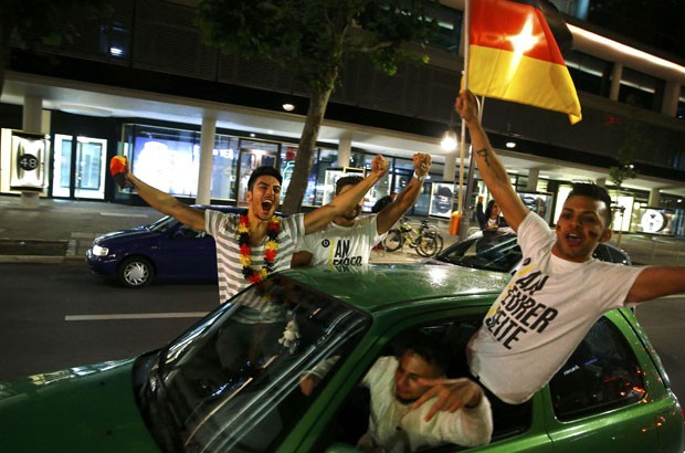 Torcedores alemães celebram vitória perto da estação de metrô Zoo nesta segunda-feira (14) em Berlim (Foto: Thomas Peter/Reuters)