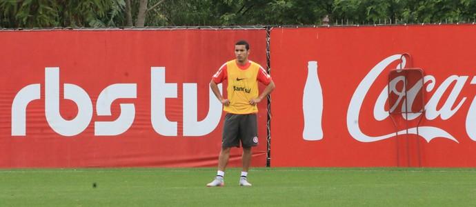 William reassume a titularidade da lateral direita do Inter (Foto: Tomás Hammes / GloboEsporte.com)