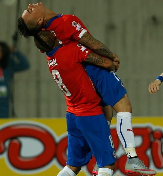 nos braços  (AP Photo/ Luis Hidalgo)