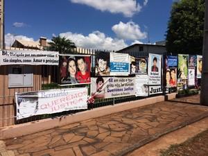 Casa onde Bernardo morava concentra homenagens com flores e cartazes (Foto: Caetanno Freitas/G1)