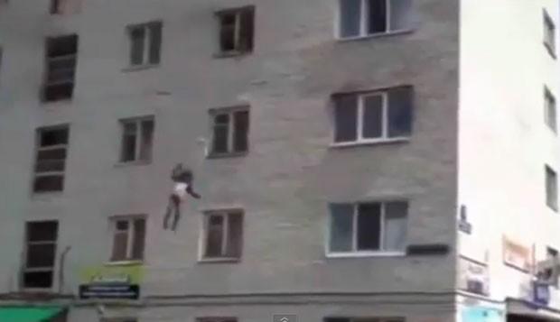 Mulher jogou filhos pela janela do quarto andar de um prédio para salvá-los de incêndio na Rússia (Foto: Reprodução/YouTube/LiveFocus West)