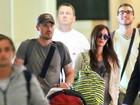 Após anúncio de gravidez, Megan Fox esconde barriga em aeroporto