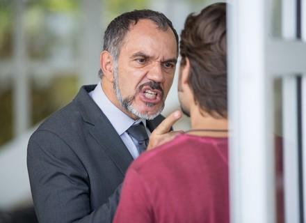Rafael vê Germano nos bastidores de ensaio, surta e parte para cima de empresário
