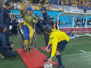 Paciente com exoesqueleto dá chute simbólico em bola durante abertura da Copa do Mundo, na Arena Corinthians (Foto: Reprodução/TV Globo)