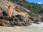 Fernanda Vasconcellos posa provocante em praia