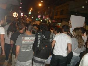 Jovens saíram às ruas de Viçosa, na Zona da Mata, nesta segunda-feira (17). (Foto: Virgílio Neto Junior/ VC no G1)
