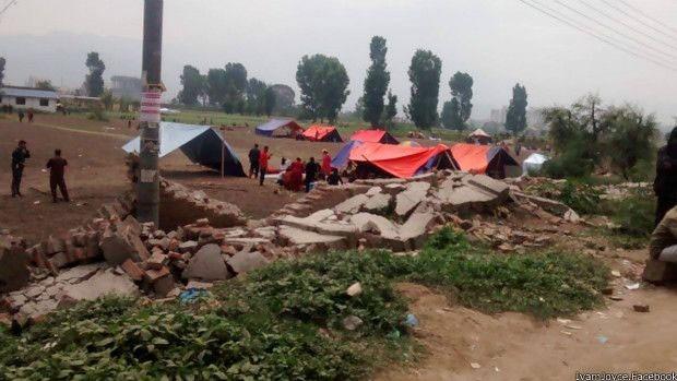 Pessoas que tiveram casas destruídas acampam nas ruas (Foto: BBC)