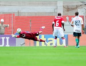 Muriel faz defesa contra o Palmeiras (Foto: Alexandre Lops / Inter, DVG)