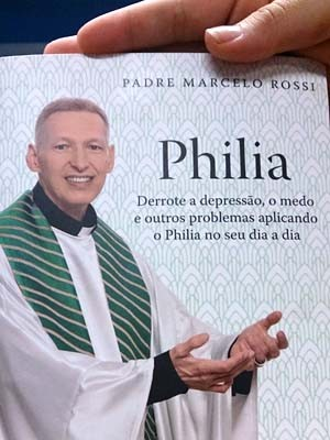 """Novo livro do Padre Marcelo """"Philia"""" (Foto: Patrícia Teixeira / G1)"""