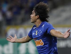 Marcelo Moreno, atacante do Cruzeiro, comemora gol sobre o Criciúma