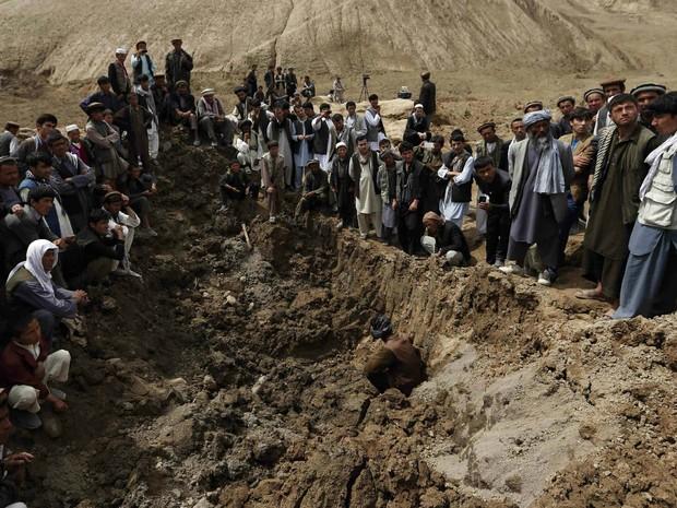 Moradores de vilarejo devastado pelo deslizamento de terra no Afeganistão se reúnem no distrito de Argo, na província de Badakhshan, neste domingo (Foto: Mohammad Ismail/Reuters)