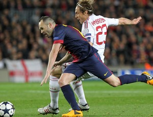Iniesta e Ambrosini, Barcelona x Milan (Foto: AFP)