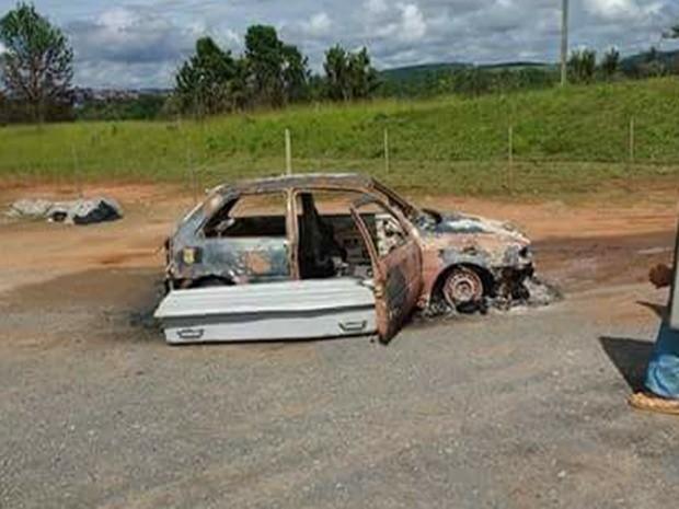 Corpo carbonizado foi encontrado em carro  (Foto: Divulgação/Polícia Militar)