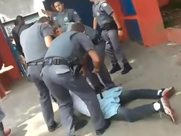 Policiais detem uma pessoa perto da escola José Lins do Rego (Foto: Reprodução/TV Globo)