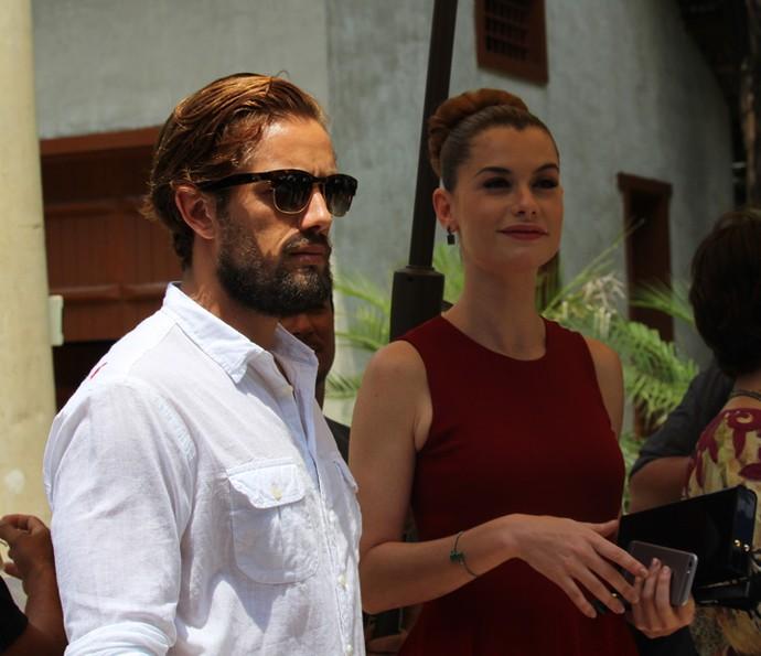 Rafael Cardoso e Alinne Moraes se protegem do sol  (Foto: Cláudia Esteves)