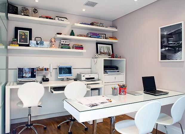 Móveis compactos - A estante de trabalho (Todeschini) é de MDF e revestida de laminado branco. Mesa central do mesmo material, com sobreposição de vidro e pés metálicos (execução Blanco Marcenaria). Cadeiras Tok&Stok (Foto: Casa e Jardim)