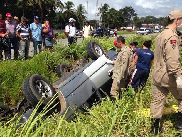 Vítimas ficaram presas embaixo do veículo e foram socorridas pelo Corpo de Bombeiros (Foto: Walter Paparazzo/G1)